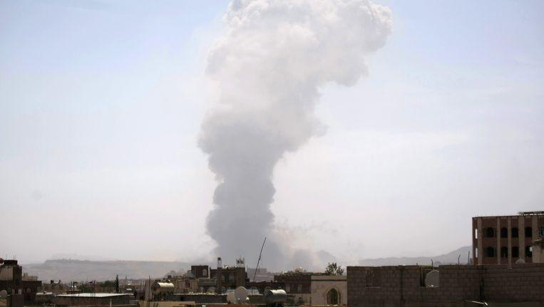 Een rookpluim boven een van de grootste wapendepots van Yemen na een luchtaanval van Saoedi-Arabië vorige maand.