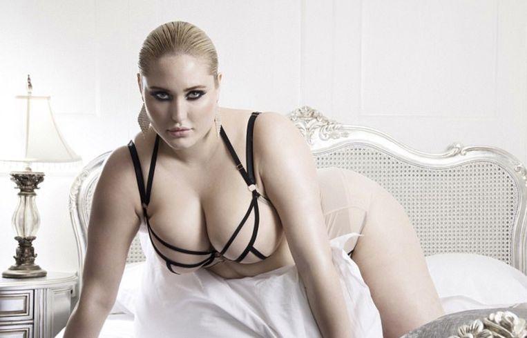 Hayley Hasselhoff poseert in lingerie.