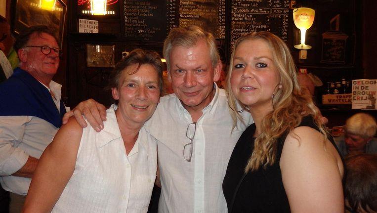 Kroegbaas Teun van Veen (vierde Teun op rij) met partner Ellen Weinans en dochter Saskia van Veen. Als Saskia een jongen was geweest, had ze geen Kees geheten Beeld Schuim