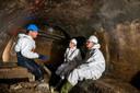 Tycho van Brink en Ingrid Laarakker (rechts) krijgen diep onder oprit van de Nelson Mandelabrug uitleg van Erik Laurentzen over de werkzaamheden aan het riool.