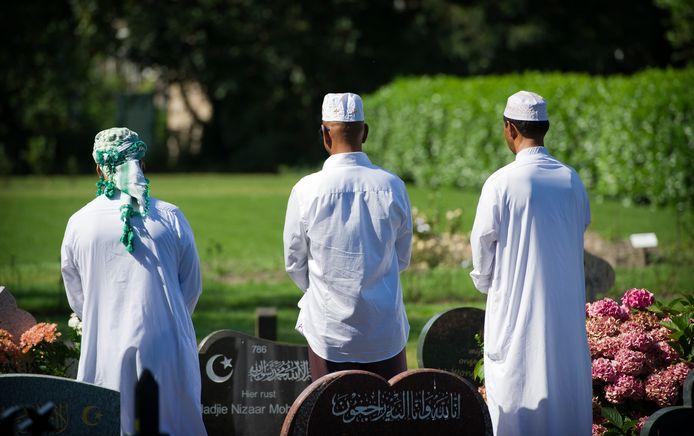 Moslims bezoeken het graf van hun familielid op het islamitische deel van begraafplaats Oud Eik.