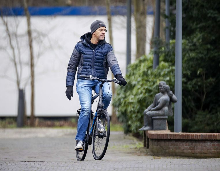 Premier Rutte arriveerde zondag weer op de fiets bij het Catshuis.  Beeld EPA / Robin van Lonkhuijsen