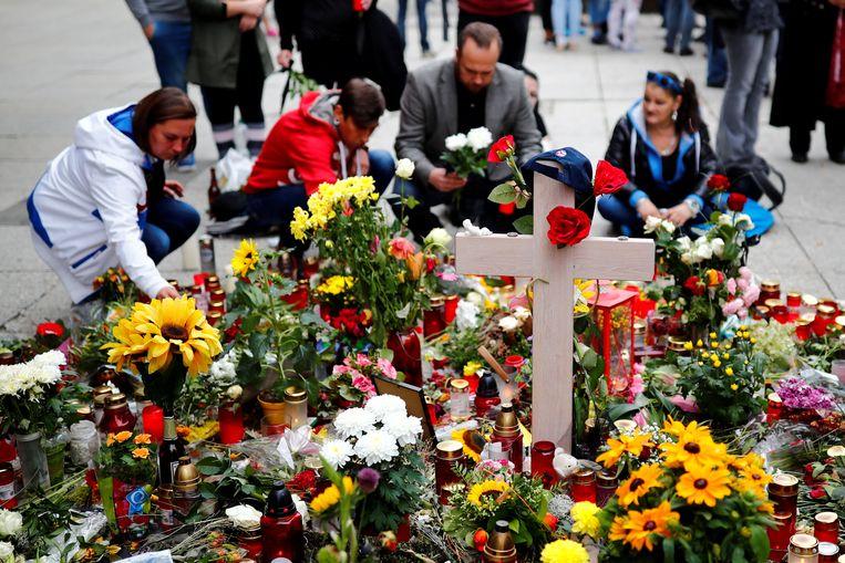 Er worden bloemen gelegd aan de plek waar de 35-jarige Duitser vorige week neergestoken werd.