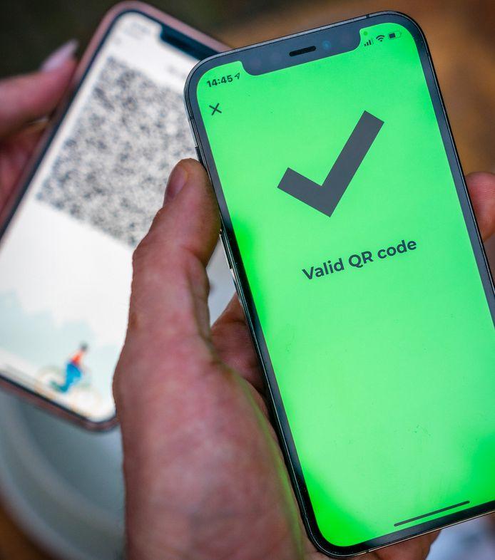 Mensen met een vaccinatiebewijs kunnen dat downloaden in de corona-app om zo toegang te krijgen tot evenementen.