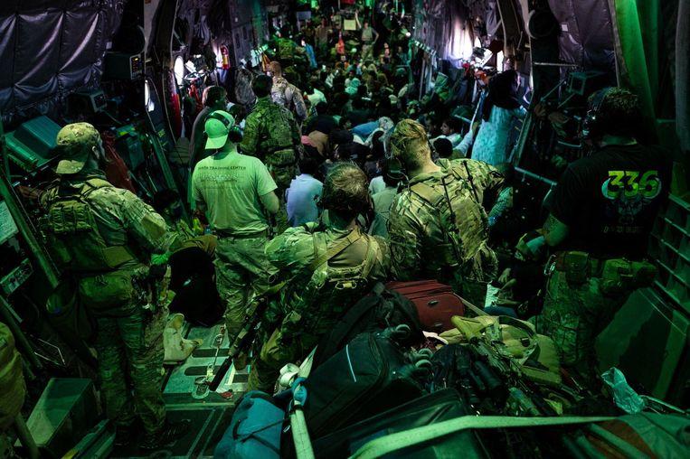 Nederlandse militairen en ambassademedewerkers evacueerden in een week tijd 2500 mensen uit Kaboel. Beeld Ministerie van Defensie