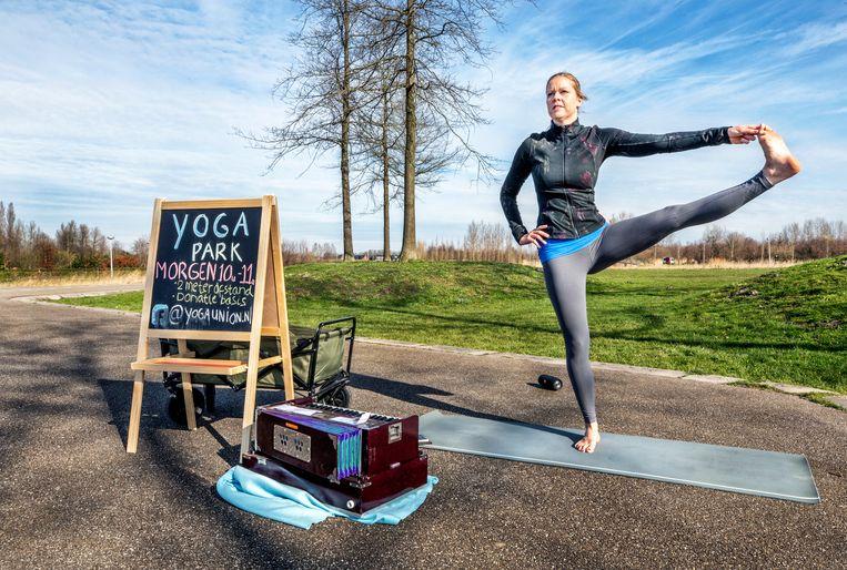 Vleuten- Yoga en Zang lerares Mariska is ZZP'er en haar werk ligt helemaal stil. Op deze Ludieke manier probeert zij toch haar werk te doen in het maximapark. Op donatiebasis kunnen mensen deelnemen en op 2 meter afstand. Beeld null