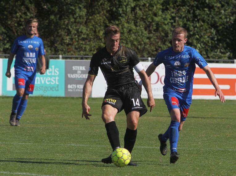 Beeld uit de heenmatch in Zwevezele: Provoost trapt de bal onder het oog van Declerck.