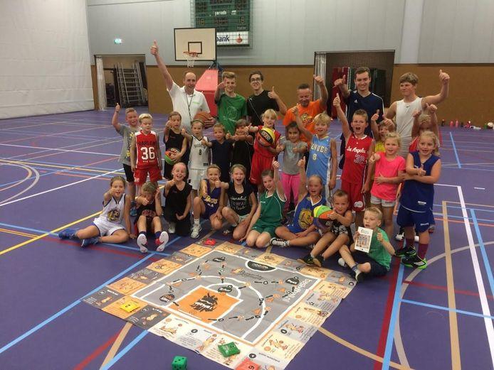 Leden van basketbalvereniging Peatminers uit Vriezenveen bij het nieuwe spel.