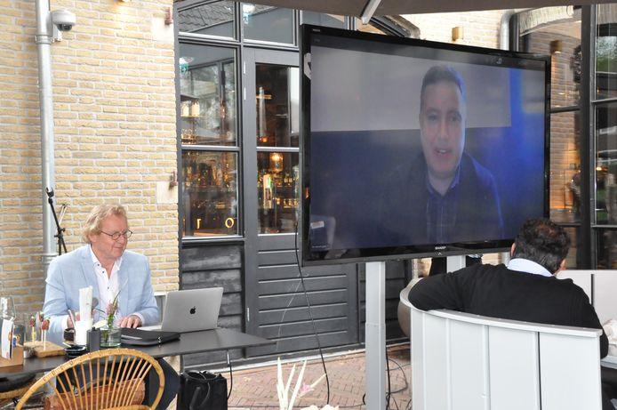 Investeerder Baris Hocaoglu presenteert zich via een livestream aan de sponsors van FC Dordrecht. Links Henk Donkervoort, commercieel manager van de club.