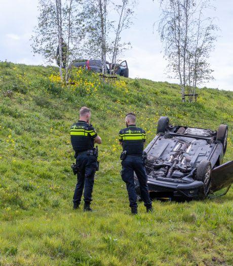Auto raakt van weg en belandt ondersteboven in berm