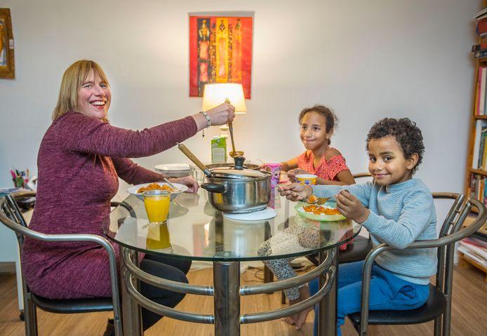 Esther Langen weet dat ze Awa (m.) en Mamadou een groot plezier doet met kip mafé.