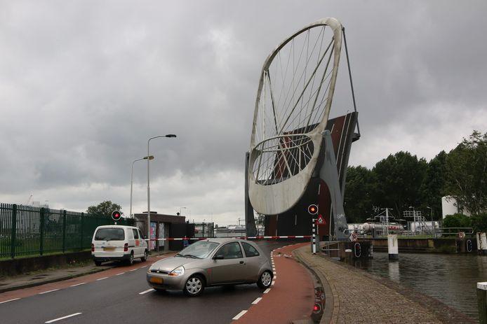 Door de storing aan Kolenhavenbrug in Delft moet veel fietsers en auto's omrijden.