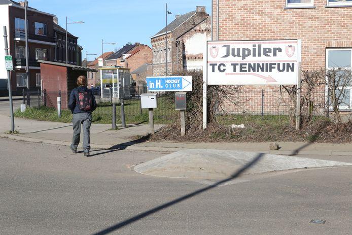 Verkeer van en naar Tennifun en Hockey in Hoegaarden moet langs de vluchtheuvel