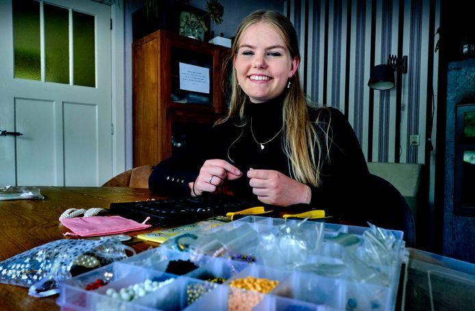 """Annabel de Vries maakt eigen sieraden voor haar bedrijf Jewelcentury. ,,Het past helemaal bij deze tijd."""""""