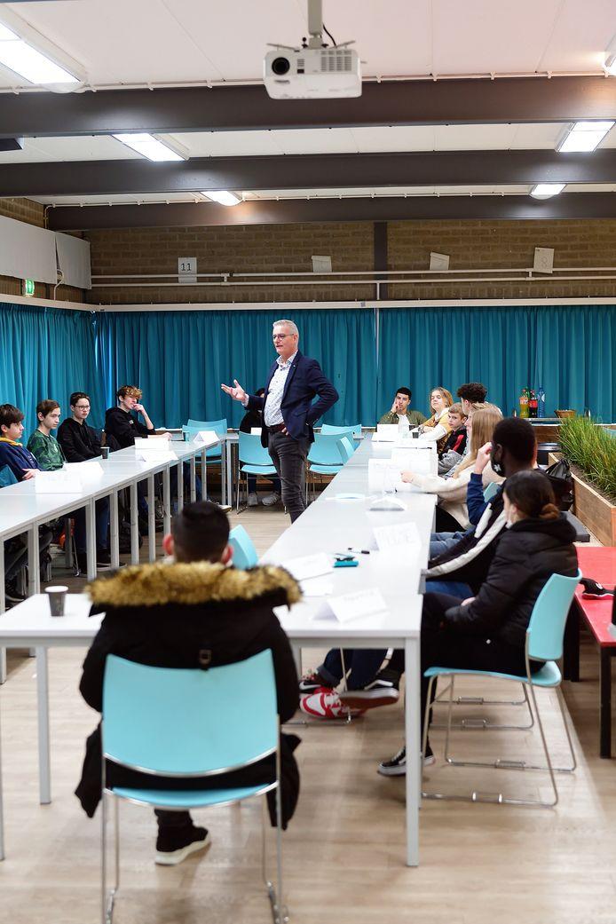 Wethouder René van Ginderen in gesprek met leerlingen van de drie scholen van Tongerlo.