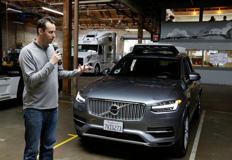 Anthony Levandowski bij een zelfrijdende auto van Uber in 2016. Beeld AP