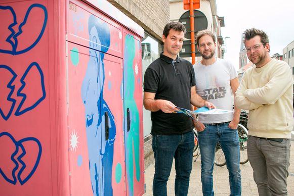 Bart Warnier, schepen Bart De Bruyne en Tim De Brabander van de jeugddienst aan de elektriciteitskast die de jonge street artist LouLou Joao aanpakte.