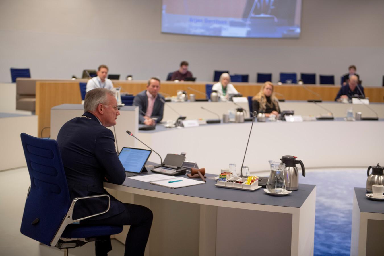Burgemeester Arjen Gerritsen als voorzitter van de Almelose gemeenteraad.