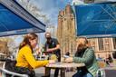 Het vertrouwde beeld keert weer terug: Nikki van der Avoird (links) en haar moeder uit Raamsdonksveer worden bediend op het terras van café De Beurs op de Markt in Oosterhout.