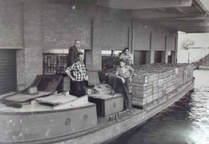 De boot - met als naam 'Niets zonder Gods zegen' - arriveert in Ter Aar.