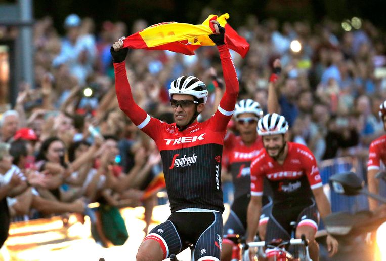epa06196758 Spanish Alberto Contador of the Trek team waves the Spanish flag at the end of the 21st and last stage of La Vuelta cycling race, over 117.6 km between Arroyomolinos and the finishing line in Madrid, Spain, 10 September 2017.  EPA/Kiko Huesca Beeld EPA