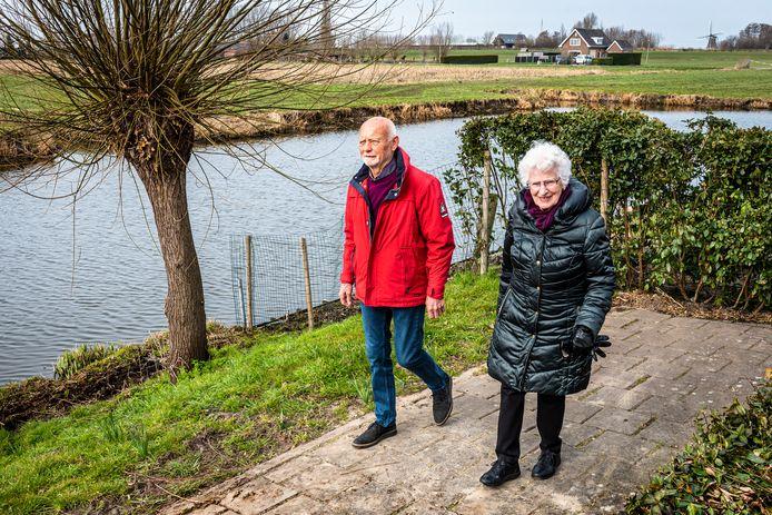 Tiny van Aalst-Starreveld en Cees de Lange missen het landelijke wandelpad langs de Schouw dat plaats heeft moeten maken voor tuinen.