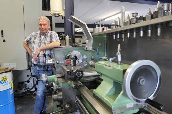 Peter Mennen bij zijn eerste machine. Hij stopt met zijn bedrijf in Deurne.