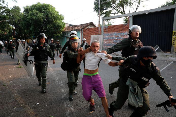 Een man wordt opgepakt in Urena, Venezuela.