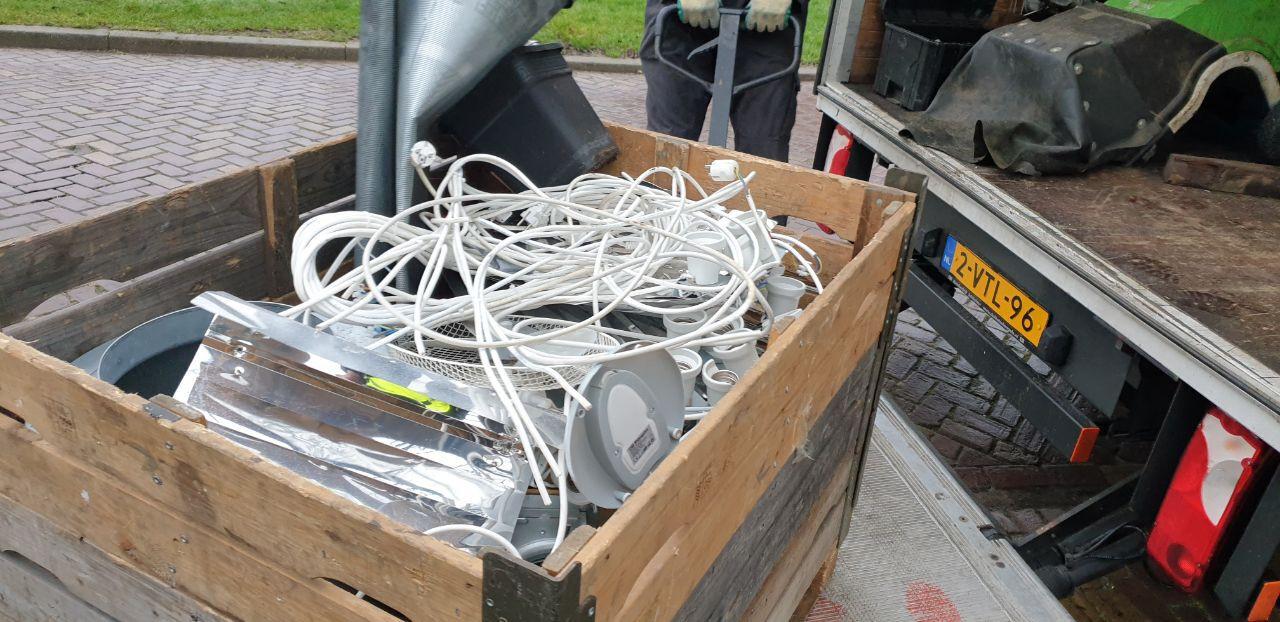 Aan de Schubertstraat in Hengelo heeft de politie een geruimde hennepkwekerij aangetroffen. Er zijn daar materialen ten behoeve van een hennepkwekerij in beslag genomen. De bewoner is aangehouden. Vanwege de diefstal van stroom is de stroom afgesloten.