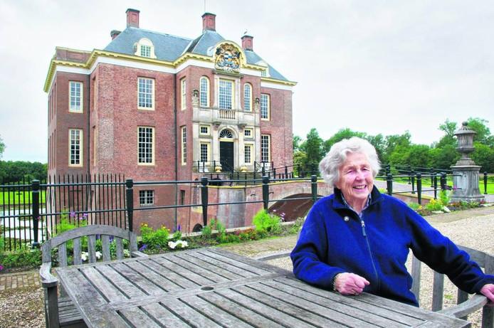 Gravin Isabelle zu Ortenburg Gravin van Aldenburg Bentinck, nazaat van Charlotte Sophie Bentinck, in juni 2011 voor kasteel Middachten.