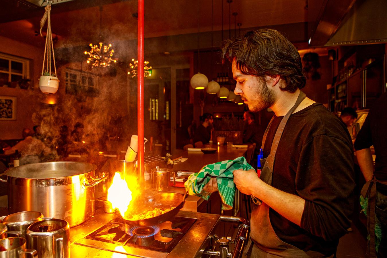De open keuken van restaurant De Kazerne is een echte blikvanger.