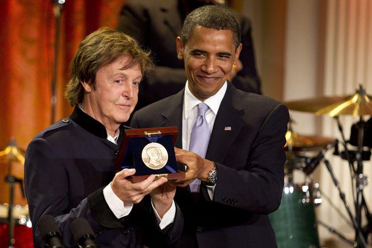 Paul McCartney met de Gershwin-prijs die hij van Barack Obama overhandigd heeft gekregen. (AP) Beeld