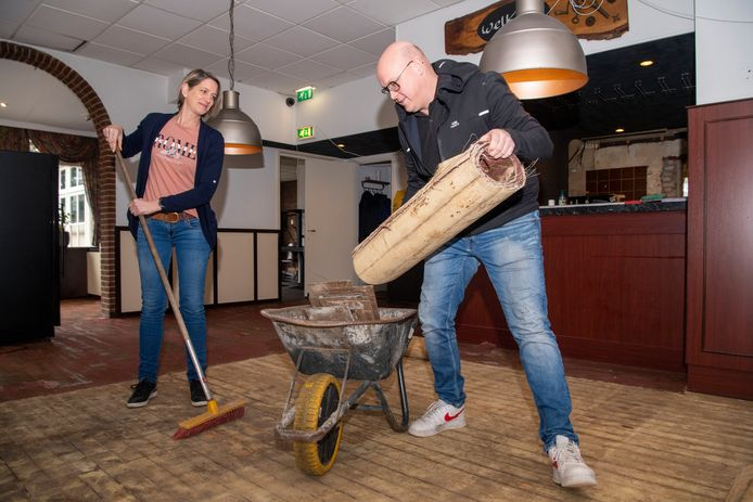Jelly en Edwin Veeneman  zijn druk met de vloer voor de bar in het pand.