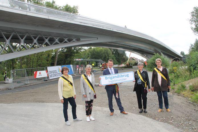 Burgemeester Kurt Windels en schepenen Martine Verhamme, Trui Lambrecht, Katrien Vandecasteele en Nadine Verheye onthullen trots de naam van de Brigandsbrug.
