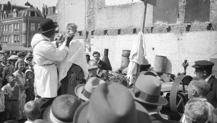 Mister Menthol demonstreert zijn Babajaba op het Waterlooplein, begin jaren dertig. Beeld Stadsarchief