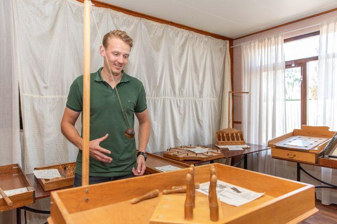 Erwin van der Linden geeft een slinger aan het tafelkegelspel. Het spel en tien andere  houten spelen van de Vlaamse Volksspeelhal worden vrijdag geveild. Het bieden is al begonnen.