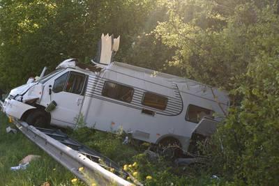 Camper klapt over vangrail door verkeersruzie op A58 bij Breda: 'Man trapte expres hard op rem'