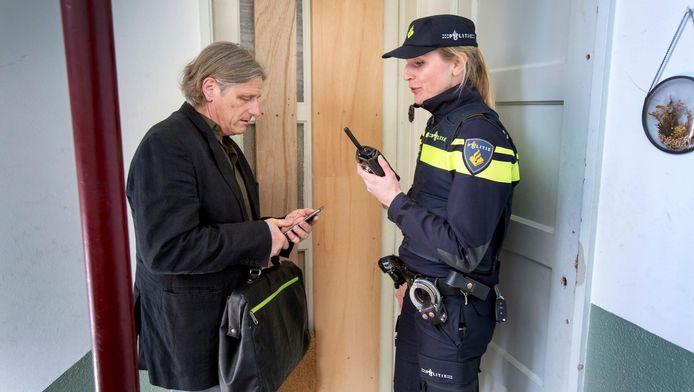 Marinus Lucet met wijkagent Jeanine van Dijk op pad.
