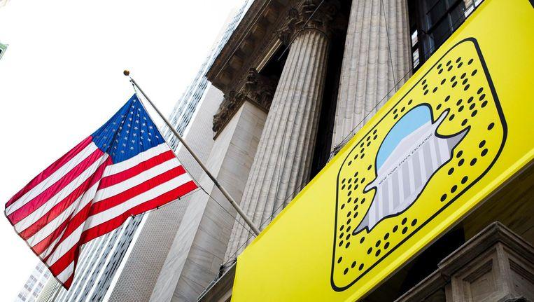 Het logo van Snapchat hangt op een spandoek aan de New York stock Exchange. Beeld epa