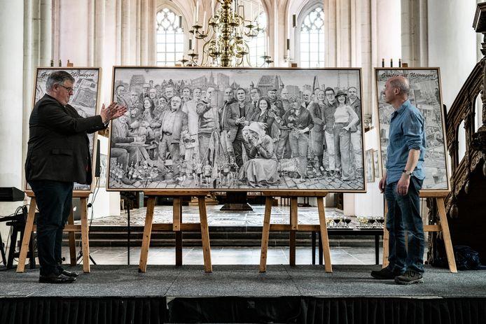 Onthulling van het kunstwerk de Nijmeegse Nachtwacht van Sven Hoekstra in de Sint Stevenskerk door burgemeester Hubert Bruls van Nijmegen en Sven Hoekstra zelf.
