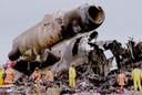 21 december 1992: Reddingswerkers tussen de wrakstukken van het vliegtuig van Martinair dat crashte op de Portugese luchthaven van Faro. Van de 13 bemanningsleden en 327 passagiers vonden 54 passagiers en twee stewardessen de dood. Meer dan 100 inzittenden raakten zwaargewond.