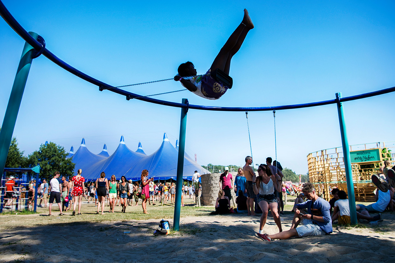 Gedurende drie dagen bezoeken zo'n 35 duizend muziekliefhebbers het festival Down The Rabbit Hole in Ewijk.