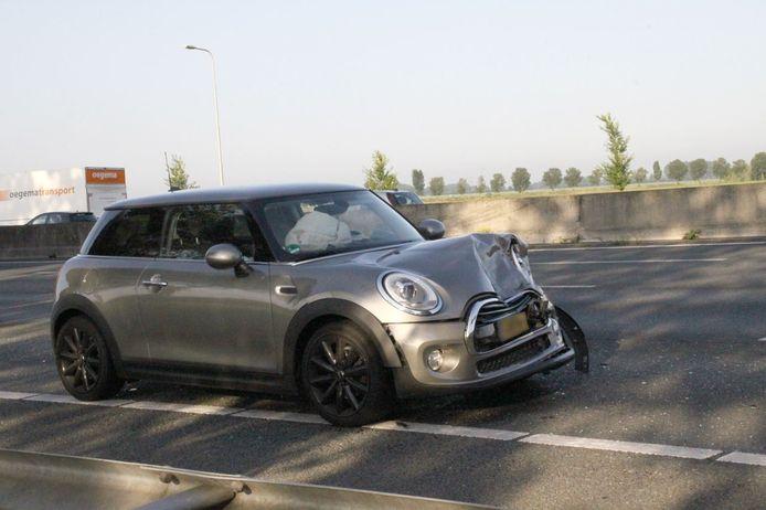 Bij het ongeval op de A28 bij Nieuwleusen raakten meerdere auto's beschadigd.