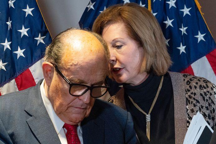 Giuliani en de ondertussen voormalige Trump-advocate Sidney Powell, op een persconferentie eind november.