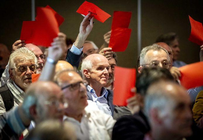 Geert Dales (in het centrum van de foto), partijvoorzitter van 50Plus, tijdens een algemene ledenvergadering van de partij.