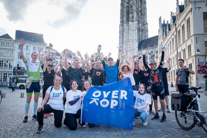 Olivier Verhaege met de sympathisanten die meeliepen en de medewerkers van OverKop Mechelen.