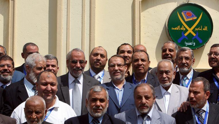 Foto uit 2011 toont leden van de Moslimbroederschap, onder wie de toenmalige voorzitter Mohammed Badie (derde rij, derde van links). Beeld EPA