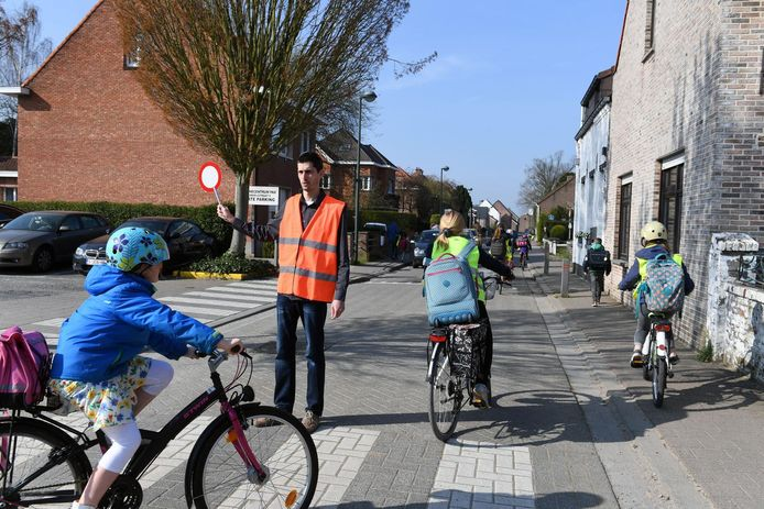 De vrijwilligers moeten bij aanvang en einde van de schooluren het verkeer helpen in goede banen leiden.