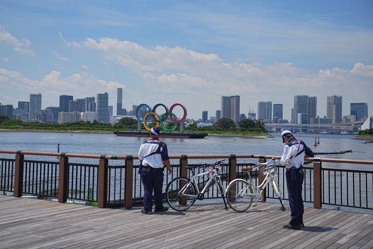 De olympische ringen tegen de skyline van Tokio: de Spelen genereren hier bijzonder weinig enthousiasme. Beeld Reporters / DPA