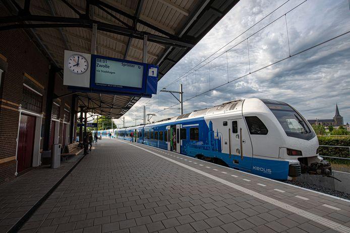 De Keolis-sprinter die tussen de stations van Zwolle- en Kampen Centraal op en neer rijdt en tussentijds stopt op Zwolle Stadshagen.